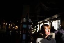 Donna seduta al caffè — Foto stock