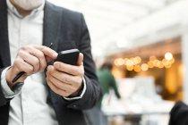 Старший бизнесмен с помощью мобильного телефона — стоковое фото