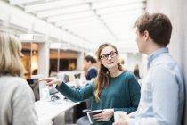 Imprenditrice avendo la discussione con i colleghi — Foto stock