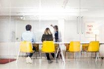 Gente di affari guardando la pagina di presentazione — Foto stock
