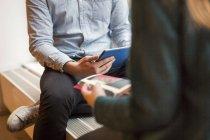 Persone d'affari con tablet digitale — Foto stock