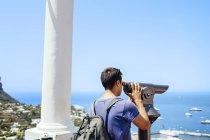 Uomo che guarda attraverso il telescopio — Foto stock