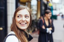 Mujer en la calle de la ciudad - foto de stock