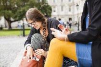 Женщина, искать что-то в мешке — стоковое фото