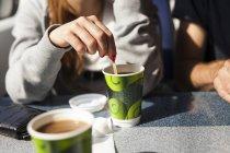 Бізнес-леді помішуючи кави в поїзді — стокове фото