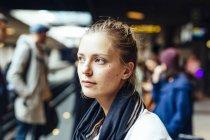 Mulher na estação de trem — Fotografia de Stock