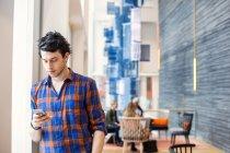 Man text messaging — Stock Photo