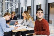Nachdenklichen jungen männlichen Studenten — Stockfoto