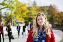 Jeune femme portant une veste rouge — Photo de stock
