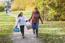 Madre e hija con cesta de picnic - foto de stock