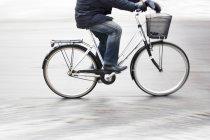 Homme à vélo — Photo de stock