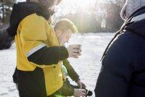 Ragazzo che mangia caffè mentre levandosi in piedi dalla famiglia — Foto stock