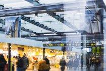 Коммутеры на железнодорожном вокзале — стоковое фото