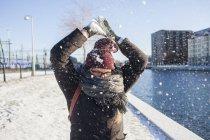 Femme jouant avec la neige — Photo de stock