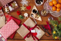 Regalos de Navidad con adornos y comida en la mesa - foto de stock