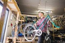 Балансова ремонтної велосипедів в майстерні — стокове фото