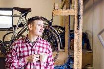 Repairman holding coffee mug — Stock Photo