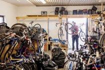 Слесарь по ремонту велосипедов и переноски — стоковое фото