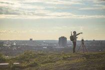 Homem de pé pela câmera no campo — Fotografia de Stock
