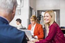 Colleghi d'affari che discutono in riunione — Foto stock