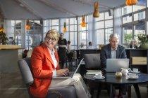 Мужские и женские бизнес-коллег — стоковое фото