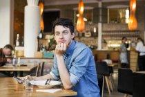 Мужчина сидит в ресторане — стоковое фото