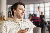 Счастливый бизнесмен, говорить через наушники — стоковое фото