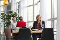 Empresárias de pensamento, olhando para longe — Fotografia de Stock