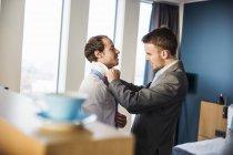 Geschäftsmann bindet Freunden Krawatte — Stockfoto
