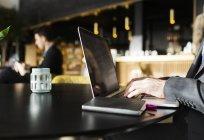 Man typing on laptop — Stock Photo