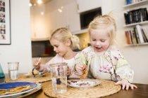 Jolies filles, manger des crêpes — Photo de stock