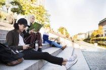 Teenager Freunde sitzen und entspannen — Stockfoto