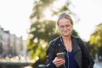 Donna felice con auricolari — Foto stock