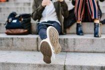 Amigos adolescentes sentados em passos — Fotografia de Stock
