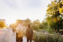 Teenager Freunde gehen auf Wanderweg — Stockfoto