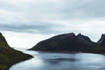 Blick auf felsige Berge und See — Stockfoto