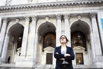 Businesswoman standing against New York Public Library — Stock Photo