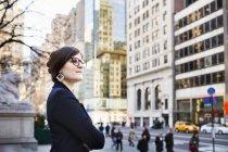 Donna d'affari in attesa fuori dalla New York Public Library — Foto stock