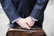 Бизнесмен с портфелем — стоковое фото