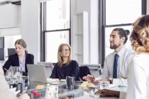 Бізнесмен, обговорюючи з колегами — стокове фото