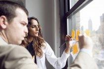 Usinesswoman und Geschäftsmann schreiben — Stockfoto