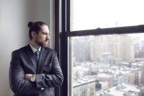 Uomo d'affari in piedi con le braccia incrociate — Foto stock