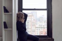 Femme d'affaires parlant par téléphone intelligent — Photo de stock