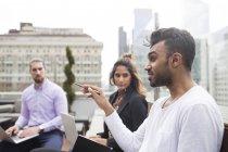 Geschäftsleute diskutieren — Stockfoto