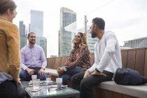 Друзі розслаблюючій в ресторані на даху — стокове фото
