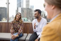 Freunden entspannende im Restaurant auf der Dachterrasse — Stockfoto