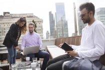 Бизнесмен с коллегами в ресторане на крыше — стоковое фото