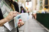 Жінка холдингу карта — стокове фото