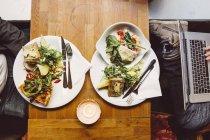 Due uomini che mangiano pranzo — Foto stock