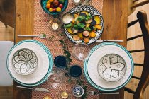 Тарелки и миски на накрытый стол — стоковое фото
